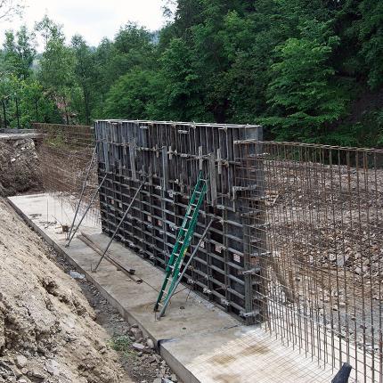 Budowa muru oporowego w Suchem