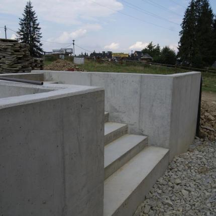 Budowa murku oporowego
