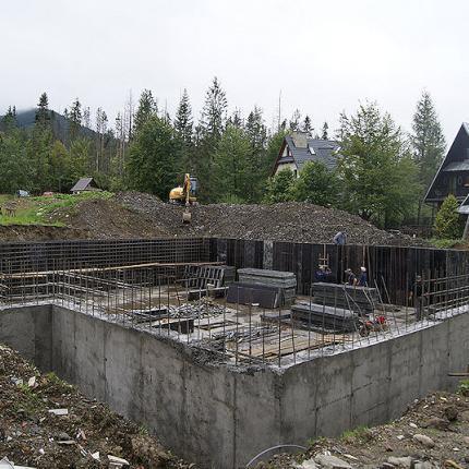 Budowa budynku wielorodzinnego za strugiem